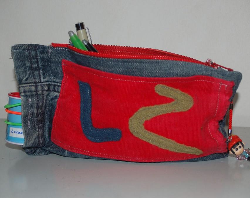 Une trousse avec une jambe de jeans