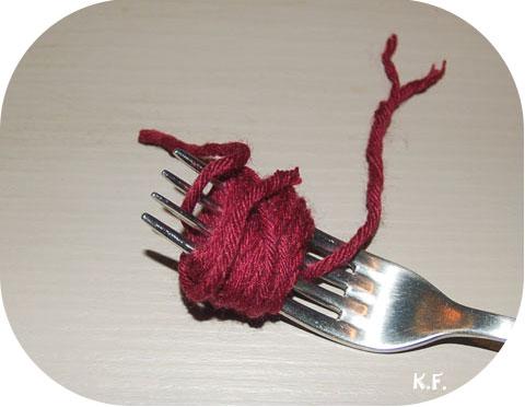 Etape 5: guirlande de pompons avec une fourchette