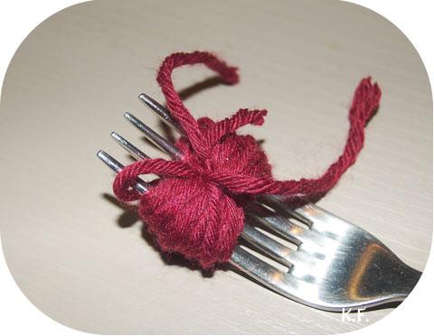 etape 6: guirlande de pompons avec une fourchette