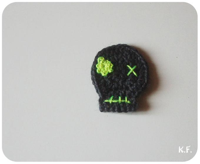 tête de mort grise et jaune fluo au crochet pour Halloween par Kameleon Factory