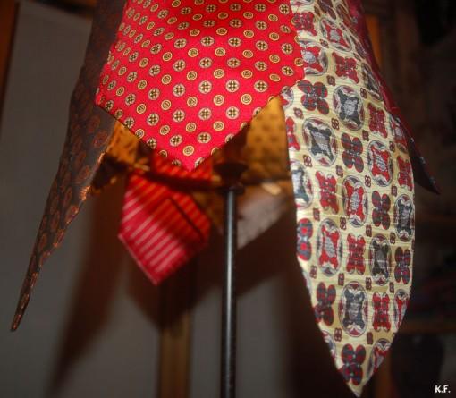 Lampe avec des cravates pour homme revisitées par Kameleon Factory