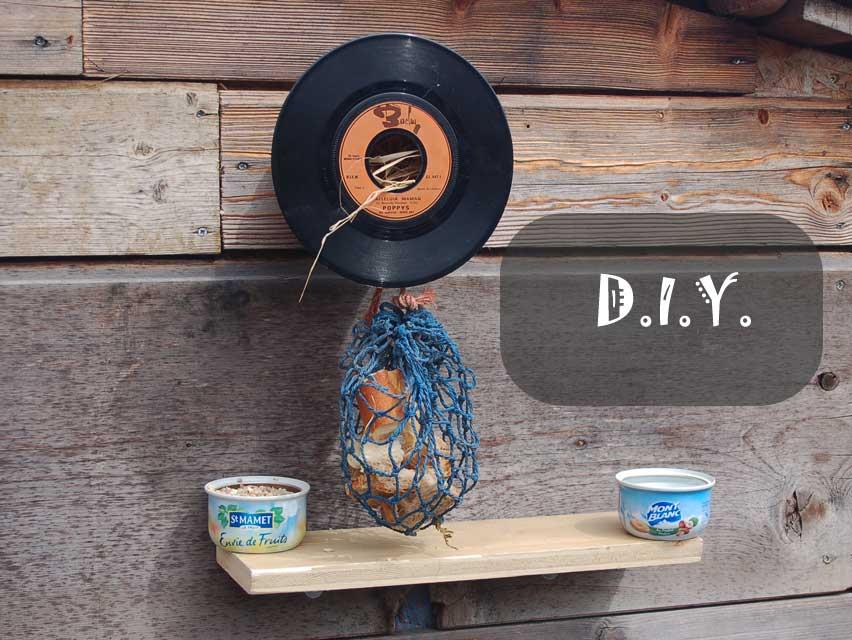 Nid d'oiseau vintage avec un 45 T vinyle