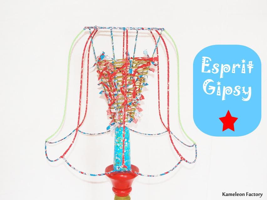 Abat-jour en structure sur lampadaire Gipsy rouge
