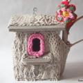 Dércorer un nid d'oiseaux avec un vieux tricot