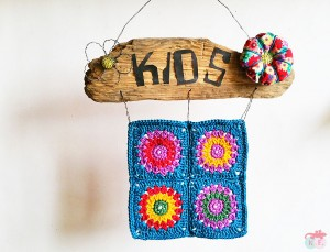 Pancarte bois et granny au crochet