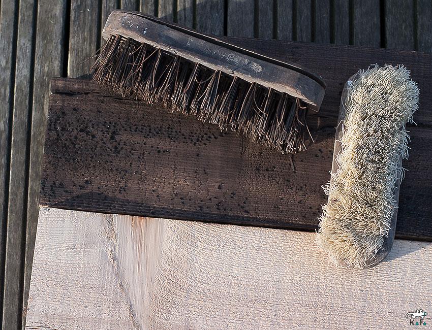 brossage des bois avec la methode Shou-sugi-Ban