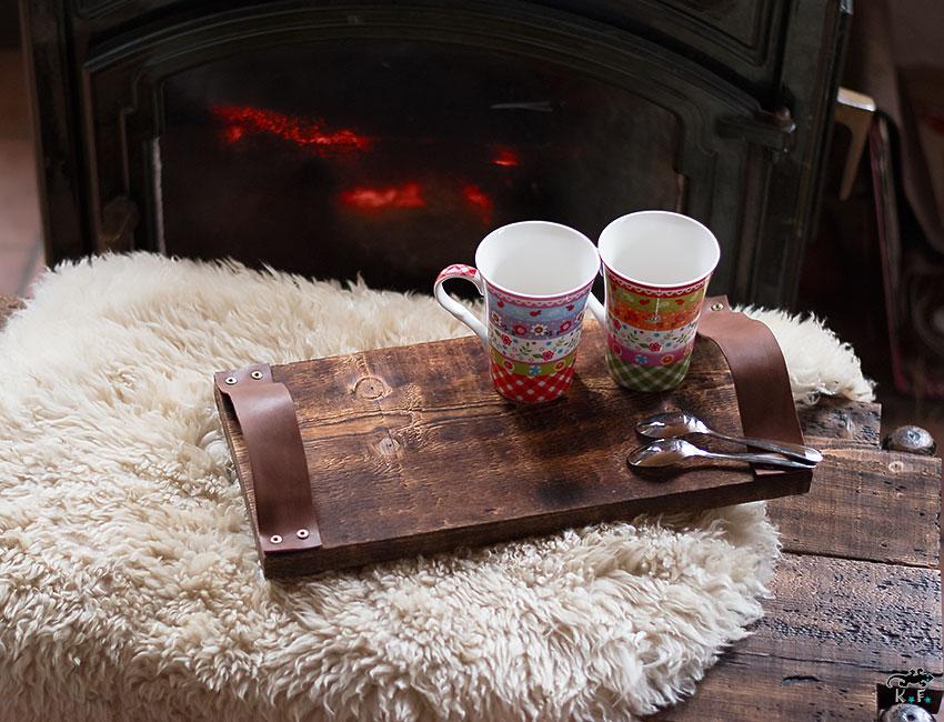 plateau avec la méthode shou-sugi-ban ou bois brûlé