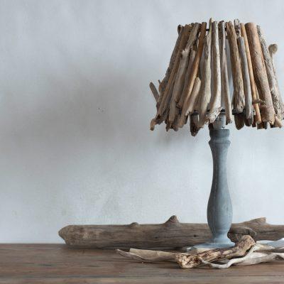 """Lampe de chevet """"Little Forest"""" abat-jour en bois flottés par Kameleon Factory et pied en béton"""