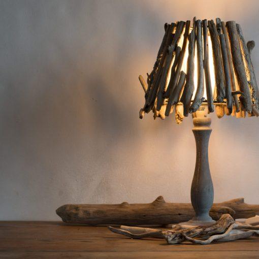"""Luminaire """"Little Forest"""" abat-jour en bois flottés par Kameleon Factory et pied en béton"""