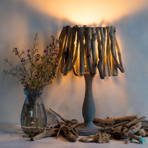 lampe en bois flotté et béton