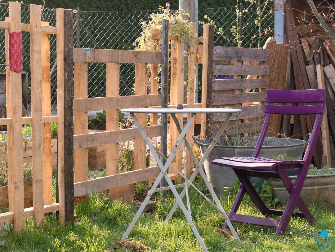 palette et clôture au jardin