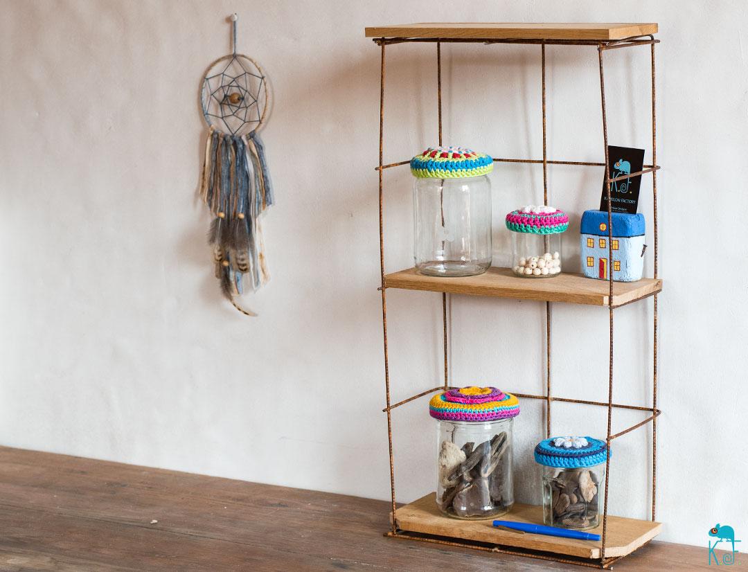treillis métallique revisité en une étagère ambiance indus et scandinave