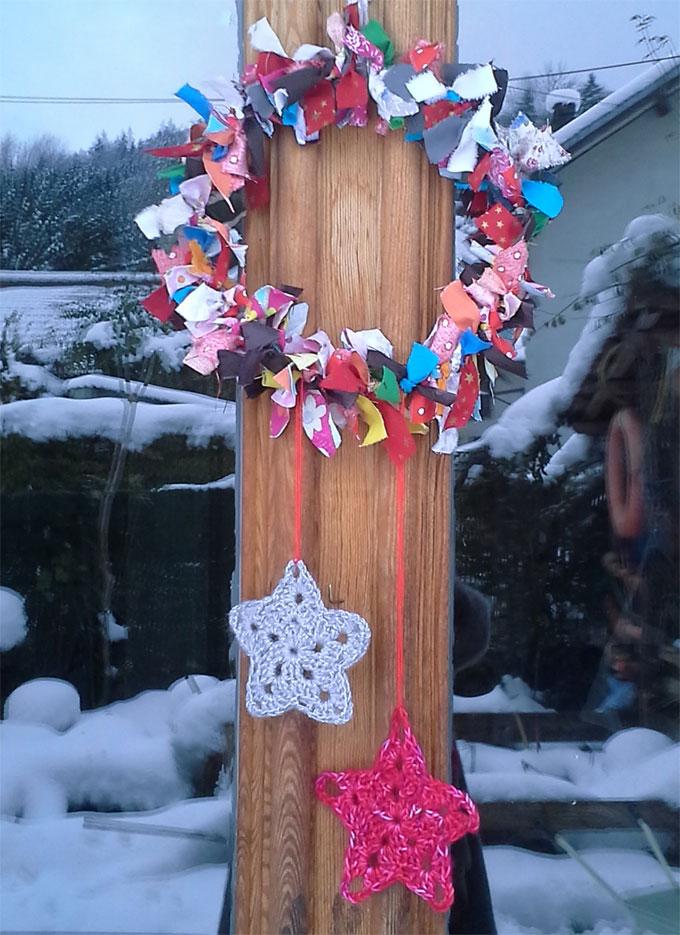 Couronne de Noël noeuds sur porte d'entrée
