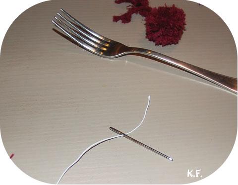 Etape 12 guirlande de pompons avec une fourchette