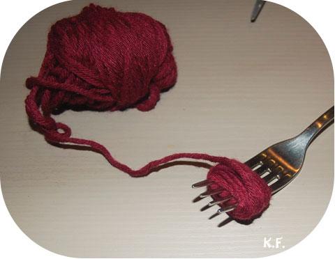 Etape 2: guirlande de pompons avec une fourchette