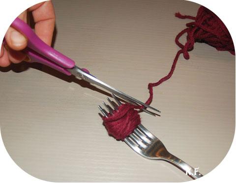 Etape 3: guirlande de pompons avec une fourchette