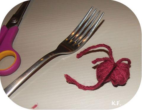 Etape 7: guirlande de pompons avec une fourchette