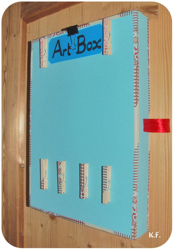 boîte avec pince à linge exposer et ranger  les dessins